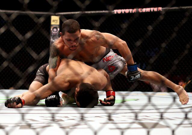 Los luchadores Journey Newson y Domingo Pilarte de la UFC