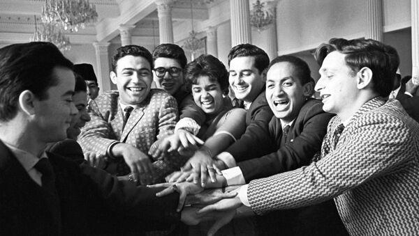 Unos estudiantes de la Universidad de la Amistad de los Pueblos en 1962 - Sputnik Mundo