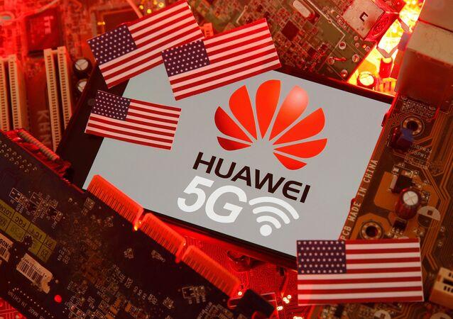 Las banderas de EEUU y el logo de Huawei