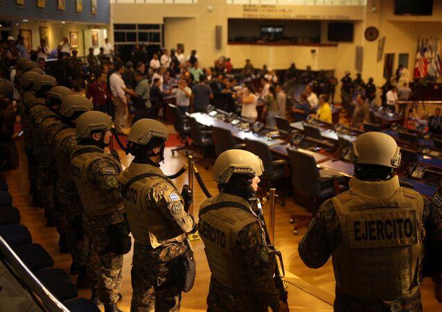 Los militares en el Parlamento de El Salvador