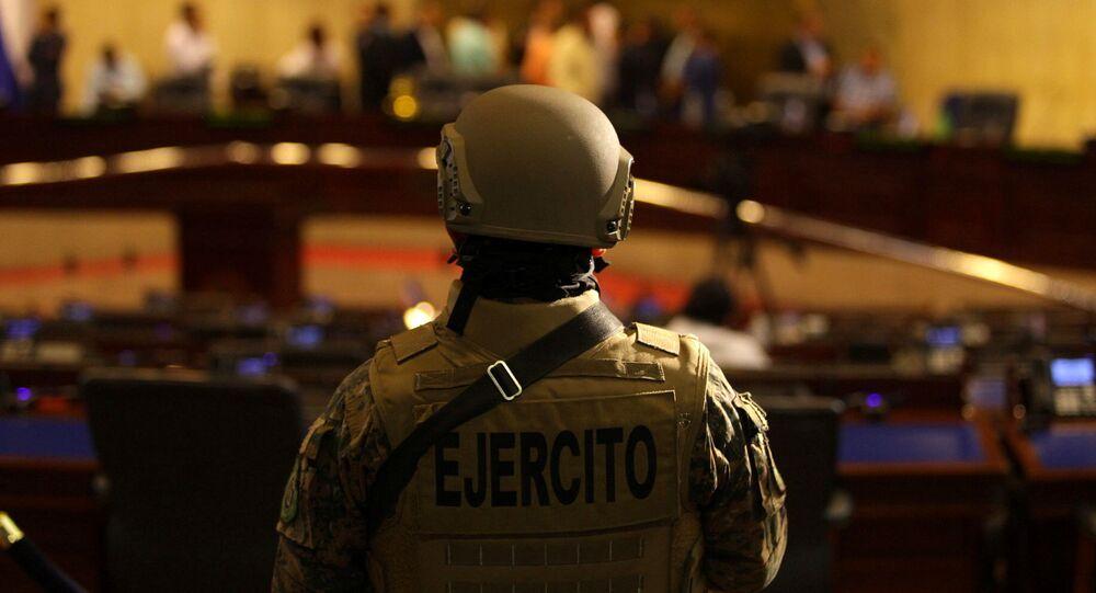 Un militar en el Parlamento de El Salvador