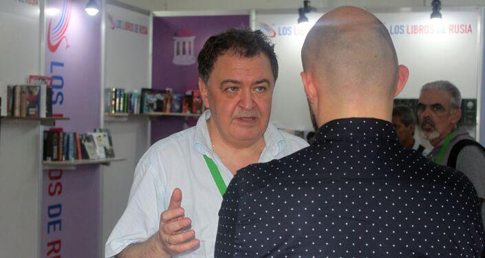 Dimitri Lijanov, escritor ruso, conversa con el público