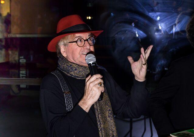 Luis Antonio De Villena, durante un acto literario.