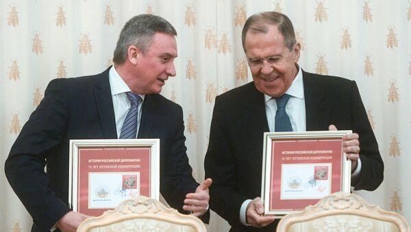 El Jefe de la Agencia Federal de Comunicaciones de Rusia, Oleg Dujovitsky y el ministro de Asuntos Exteriores de Rusia, Serguéi Lavrov, en la ceremonia de la cancelación del sello postal - Sputnik Mundo