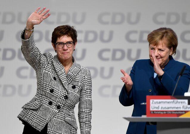 Annegret Kramp-Karrenbauer, la presidenta de la CDU de Alemania, y la canciller alemana, Angela Merkel
