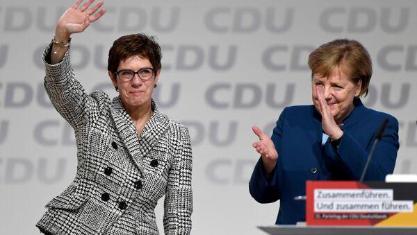 Annegret Kramp-Karrenbauer, la presidenta de la CDU de Alemania, y la canciller alemana, Angela Merkel - Sputnik Mundo
