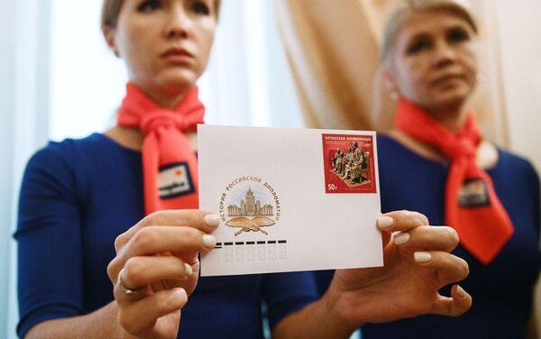 Una chica con un sobres con sello en la ceremonia de cancelación del sello postal emitido con motivo del 75 aniversario de la Conferencia de Yalta - Sputnik Mundo