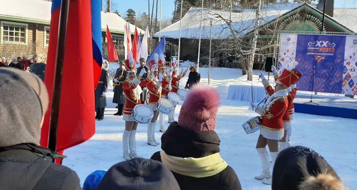Desfile de chicas con tambores