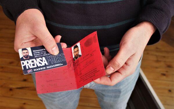 Mohammed Subat muestra su tarjeta de prensa y su documento de asilo. - Sputnik Mundo