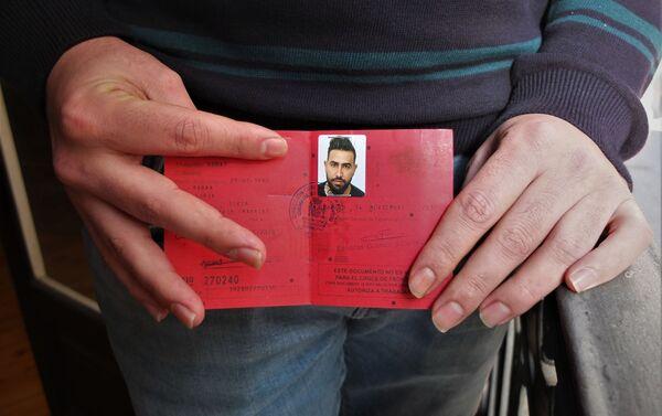 Mohammed Subat, refugiado sirio, muestra su documento de asilo en España. - Sputnik Mundo