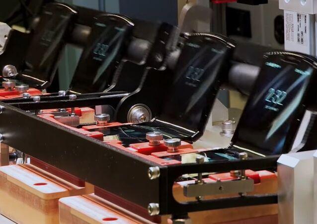 Unos móviles Motorola Razr durante un 'test' destinado a poner a prueba la durabilidad de la bisagra del dispositivo