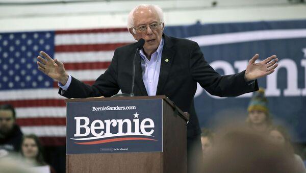 El excandidato demócrata a la Presidencia de EEUU Bernie Sanders durante un acto de campaña - Sputnik Mundo