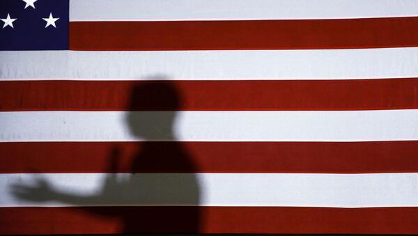 La bandera de EEUU y la sombra de un orador durante la campaña electoral de 2020 - Sputnik Mundo