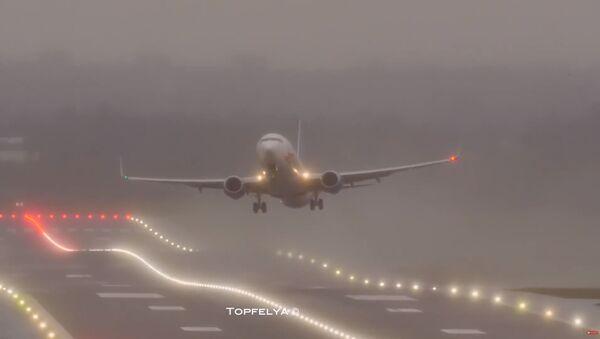 Un avión en el aeropuerto de Birmingham, Reino Unido - Sputnik Mundo