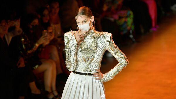 Máscaras y plumas en la pasarela de la Semana de la Moda de Nueva York - Sputnik Mundo
