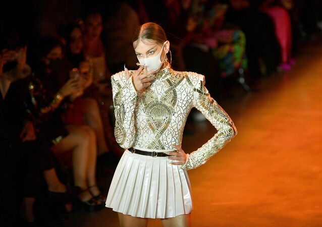 Máscaras y plumas en la pasarela de la Semana de la Moda de Nueva York