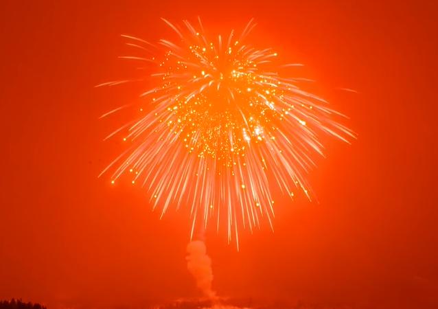 Así es como explota el aparato que rompió el récord de los fuegos artificiales