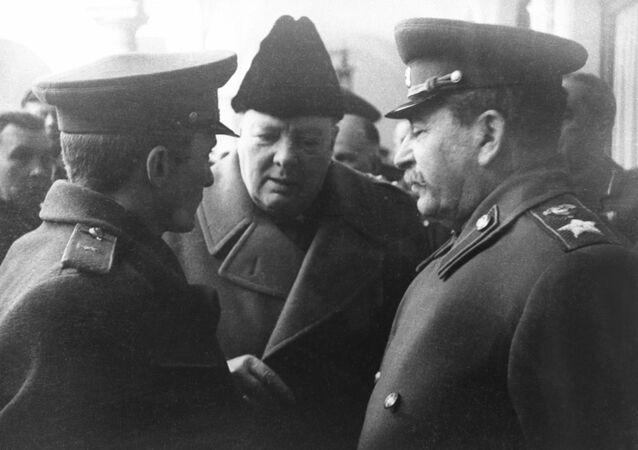 Conferencia de Yalta. Iósif Stalin habla con Winston Churchill (archivo)