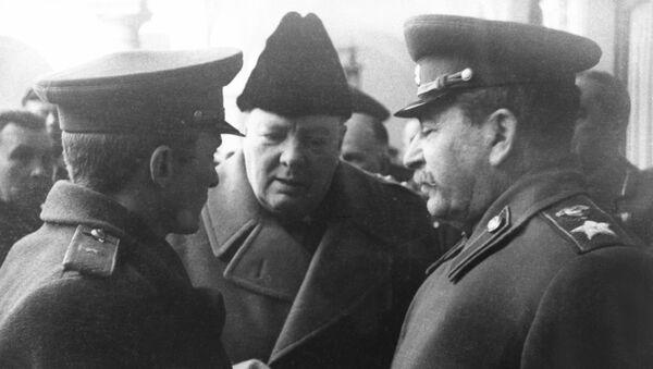 Conferencia de Yalta. Iósif Stalin habla con Winston Churchill (archivo) - Sputnik Mundo