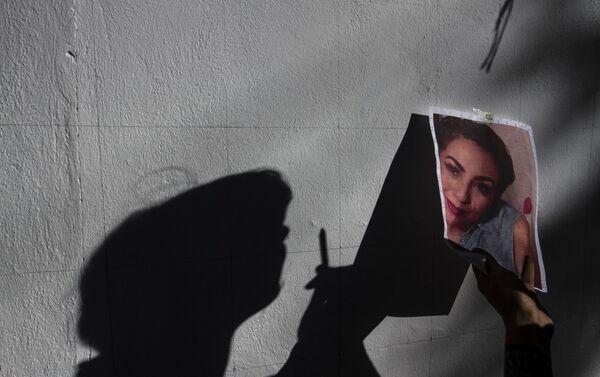 Integrante del Colectivo Hasta encontrarlos CdMx pinta el mural de Natali Carmona Hernández - Sputnik Mundo