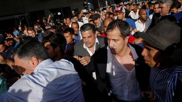 El diputado opositor Juan Guaidó al llegar al Aeropuerto Internacional de Maiquetía Simón Bolívar - Sputnik Mundo
