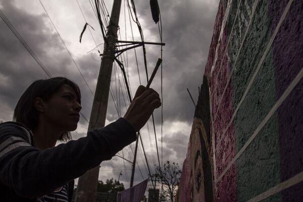 Miembros del сolectivo Hasta Encontrarles CdMx durante la elaboración de murales con los rostros de personas desaparecidas en Ciudad de México, en el último lugar donde fueron vistos. - Sputnik Mundo