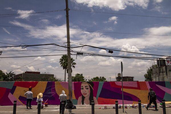 Miembros del colectivo Hasta Encontrarles CdMx durante la elaboración del mural de Guadalupe Pamela Gallardo Volante en la estación del Metrobús La Joya en la alcaldía Tlalpan. - Sputnik Mundo
