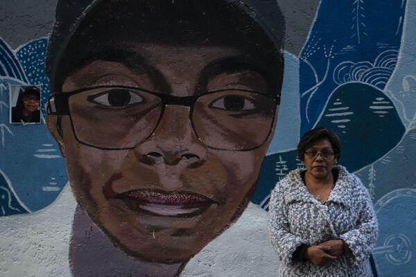 Irma Martínez posa junto al mural de su hijo Felipe de Jesús Olvera Martínez, desaparecido el 3 de marzo del 2019. El mural fue ubicado próximo a la calle Camino Real a San Andrés, en la colonia Primavera de la Alcaldía Tlalpan, donde se lo vio por última vez.  - Sputnik Mundo