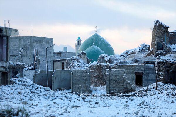 Mosul es una ciudad del norte de Irak, situada casi 400 kilómetros al noroeste de Bagdad y a orillas del río Tigris. En 2004, su población estimada era de 1.846.500 personas, lo que la hacía la segunda ciudad más poblada del país. En la foto: el casco antiguo de Mosul cubierto de nieve en febrero de 2020. - Sputnik Mundo