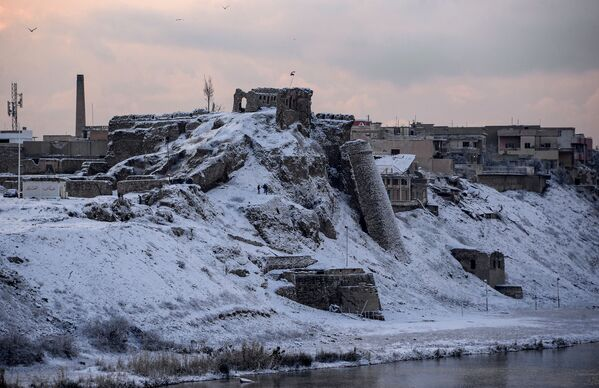 En 2014, ante la inminente ocupación de Mosul del Estado Islámico, cerca de medio millón de personas huyó de la ciudad. En la foto: las ruinas del histórico castillo de Bash Tapia, a orillas del Tigris. El castillo fue construido en el siglo XII y era considerado una de las principales atracciones turísticas de Mosul. - Sputnik Mundo