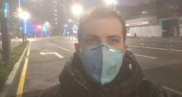 El cubano Samuel Junco en las calles de Wuhan