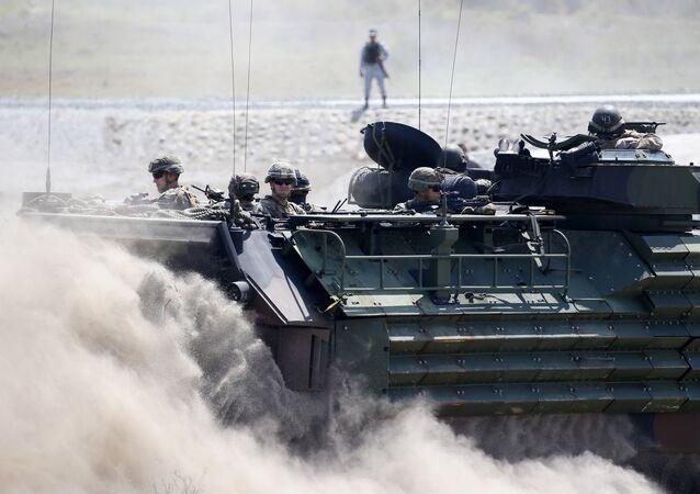 Un vehículo anfibio de asalto transporta a los militares estadounidenses y a los filipinos durante maniobras conjuntas celebradas en abril del 2019