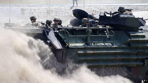 Un vehículo anfibio de asalto transporta a los militares estadounidenses y a los filipinos durante maniobras conjuntas celebradas en abril del 2019 - Sputnik Mundo