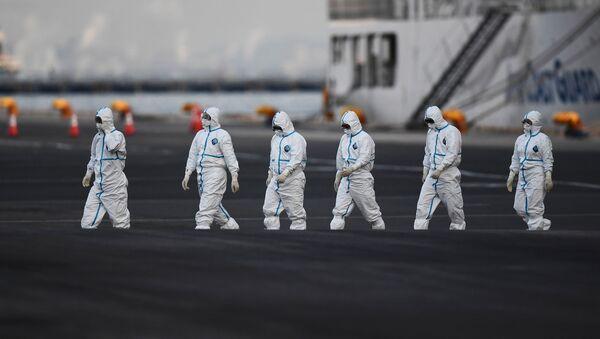 Personas con trajes de protección frente a amenazas biológicas - Sputnik Mundo