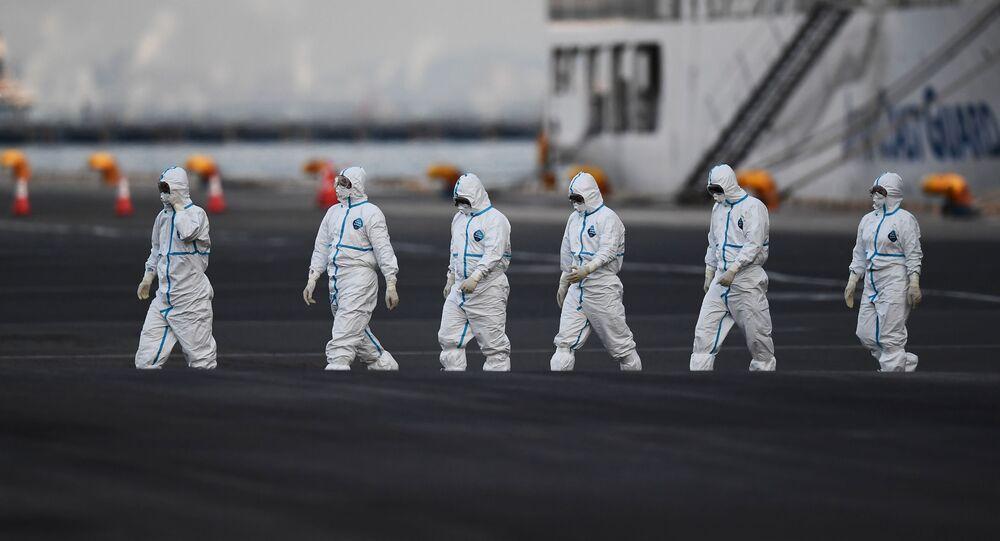 Personas con trajes de protección frente a amenazas biológicas