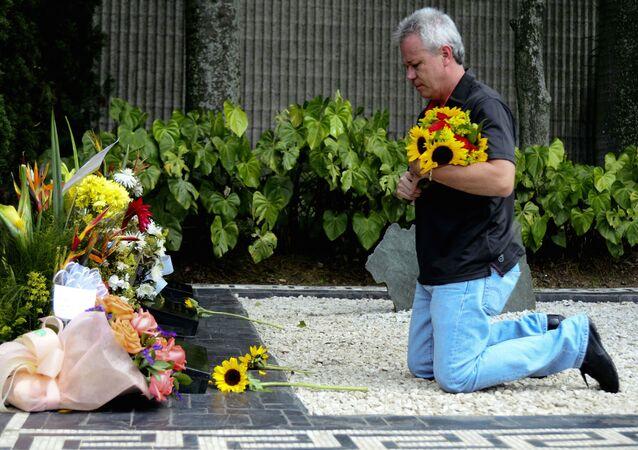 Jhon Jairo VelásquezVásquez, 'Popeye', sicario colombiano, junto a la tumba del narcotraficante colombiano Pablo Escobar