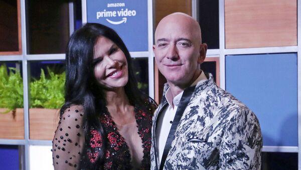Jeff Bezos junto a su pareja, Lauren Sanchez - Sputnik Mundo
