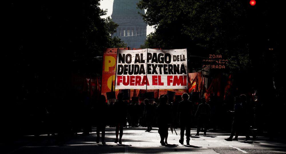 Manifestantes con un cartel en contra del FMI en Buenos Aires