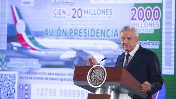 El presidente mexicano, Andrés Manuel López Obrador, indica a una imagen del avión presidencial - Sputnik Mundo