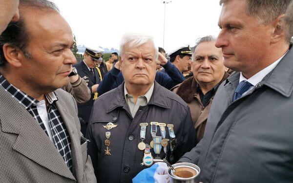 El embajador recibe una bandera argentina de los veteranos de Malvinas - Sputnik Mundo