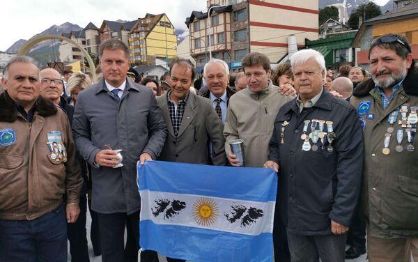 El embajador Feoktistov posa con la bandera argentina junto al gobernador Melella y veteranos de Malvinas - Sputnik Mundo