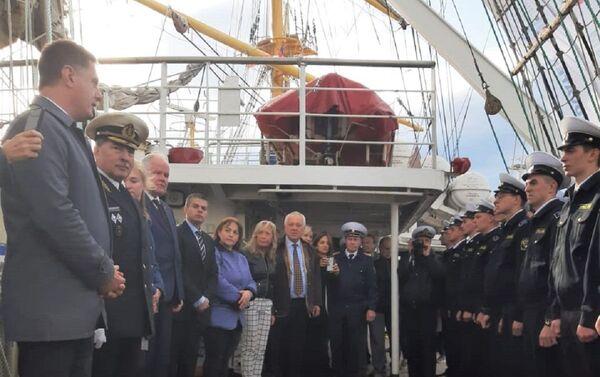 El embajador Dmitry Feoktistov da un discurso a bordo del Pallada, con la tripulación en cubierta - Sputnik Mundo