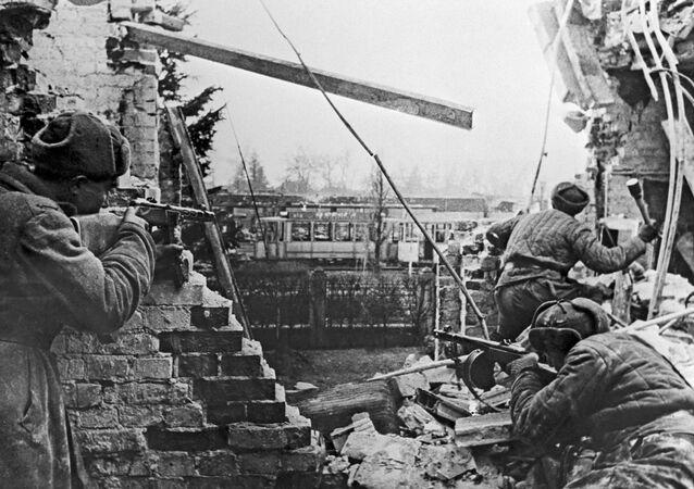 Soldados soviéticos combaten para liberar Budapest