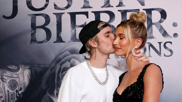 Justin Bieber junto a su esposa Hailey - Sputnik Mundo