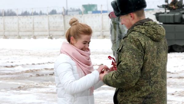 Un militar ruso hace un 'corazón' con tanques para pedir matrimonio a su novia - Sputnik Mundo