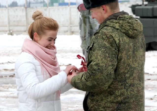 Un militar ruso hace un 'corazón' con tanques para pedir matrimonio a su novia