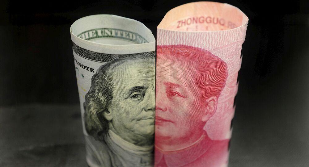 Billetes de 100 dólares y 100 yuanes