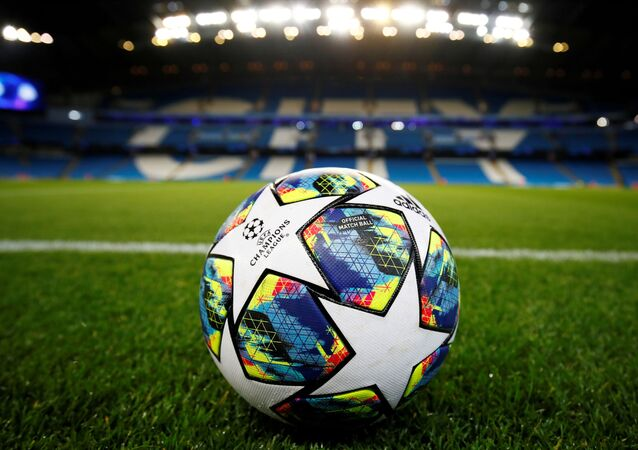 Una pelota de fútbol en el estadio Etihad Stadium de Manchester City