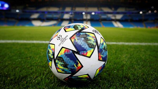 Una pelota de fútbol en el estadio Etihad Stadium de Manchester City - Sputnik Mundo