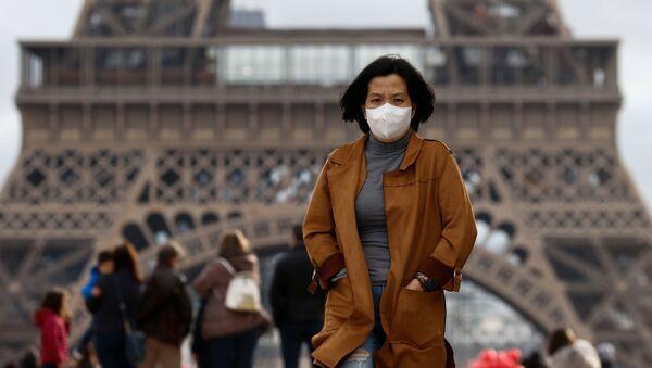 Una turista con mascarilla en París (Francia) - Sputnik Mundo
